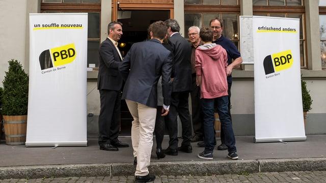 Vertreter der BDP schreiten am Sonntag in ihre temporäre Parteizentrale im Restaurant Rathaus in Bern.