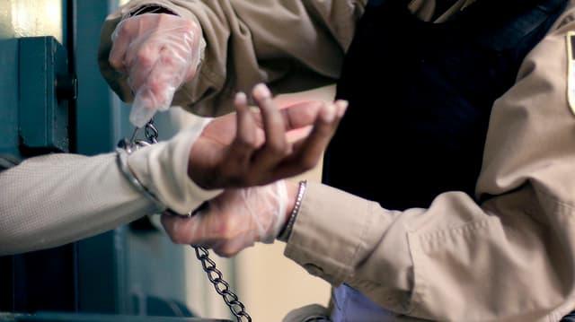 Handschellen für einen Straftäter