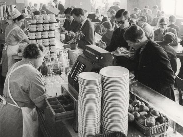 Im Studentenheim an der ETH Zürich türmen sich im Jahr 1965 die Teller.