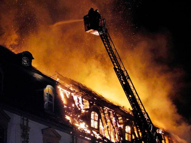 Der brennende Dachstuhl der Herzogin-Anna-Amalia-Bibliothek in Weimar am 2. September 2004.