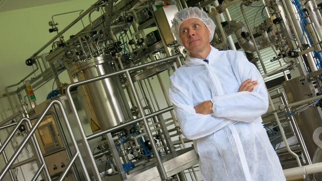 Ein Mann in einem Labor.