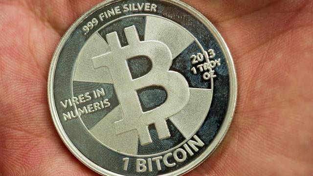 Bitcoin in einer Handfläche.