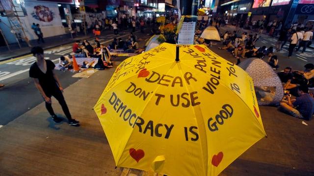 Schirm mit Pro-Demokratie-Parolen