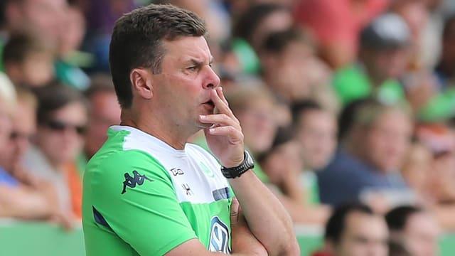 Dieter Hecking begutachtet kritisch eine Partie seines VfL Wolfsburg.