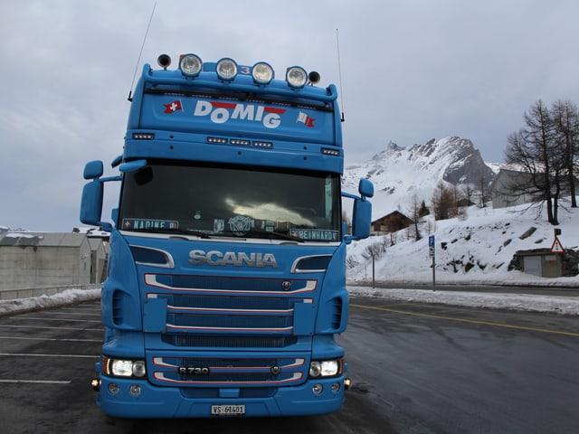 Ein blauer Lastwagen auf einem Parkplatz.