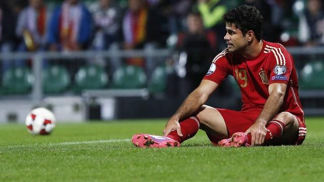 Diego Costa sitzt am Boden