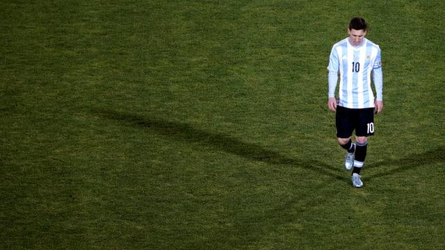 Lionel Messi trottet alleine über den Platz