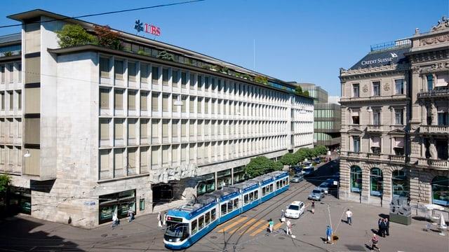 vista sin il Paradeplatz a Turitg, a sanestra la banca UBS, a dretga la banca CS