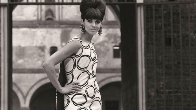 Ein Modell mit einem Kleid aus Glarner Stoff aus dem Jahre 1963.