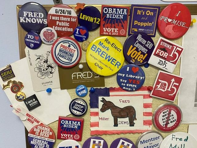 Demokraten-Buttons der vergangenen Wahlen.