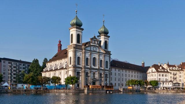Die Jesuitenkirche am Ufer der Reuss