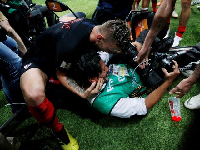 AFP-Fotograf Yuri Cortez wird von Ivan Rakitic geherzt.