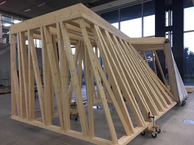 Eine Holzkonstruktion mit verschieden langen Balken.