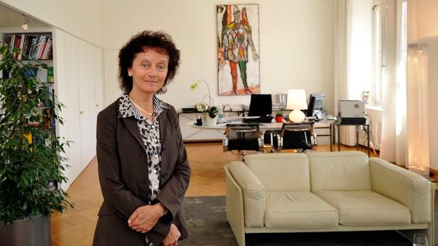 Bundesrätin Widmer-Schlumpf in ihrem Büro: Rechts ein beiges Zweiersofa, im Hintergrund ihr Schreibtisch mit einem hochforamtigen Bild an der Wand dahinter