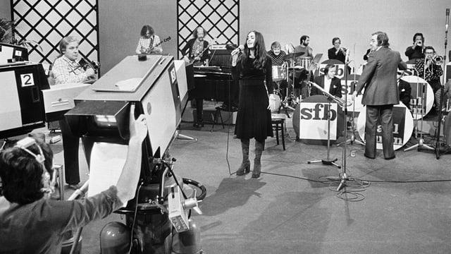 Blick in ein Studio des Schweizer Ferneshens: Paul Kuhn dirigiert eine Big-Band.