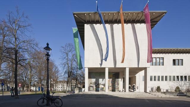 Kollegiengebäude Uni Basel von aussen mit farbigen Flaggen