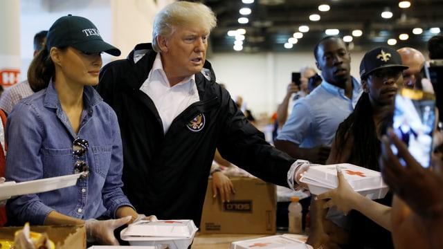 Melania Trump (links) und Donald Trump (rechts) geben Essen aus