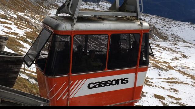 La cabina da la pendiculara da Cassons arriva sisum