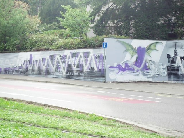 Wandbild mit der Silhouette von Basel, es wurde mit zwei Wellenlinien verunstaltet. Eine in Silber und eine in Lila.