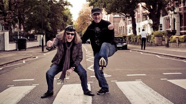 Chris von Rohr (links) und Marc Storace von Krokus auf dem Zebrastreifen vor dem legendären Beatles-Studio in London.