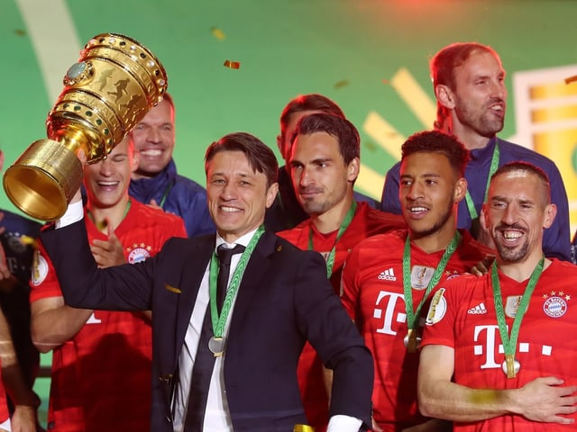 Niko Kovac und seine Mannschaft mit der Trophäe.