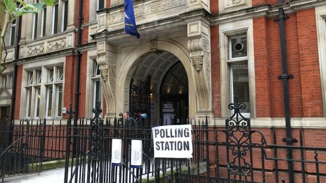 Il maletg mussa l'entrada d'in biro da votar a londra