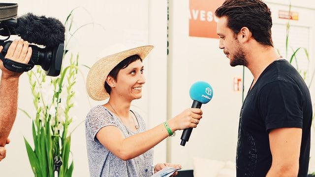 Sophie Badoux en discurs cun Bastian Baker.