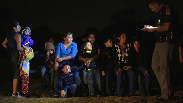 Eine Gruppe von Migranten an der texanischen Grenze.