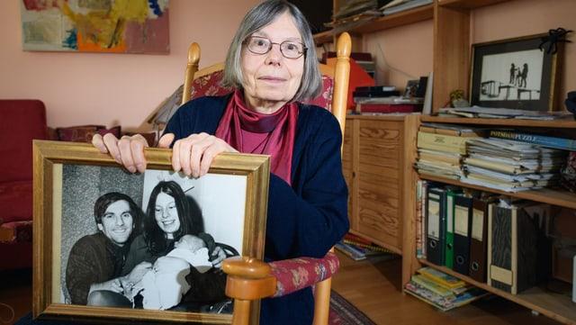 Dutschkes Witwe mit einem Bild von ihren Mann, ihr und einem Baby.