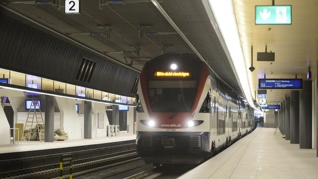 Einfahrender Zug im Bahnhof Löwenstrasse in Zürich.