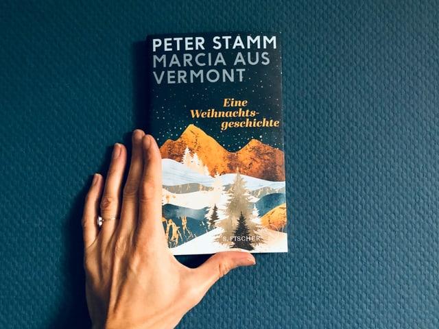 Die Erzählung «Marcie aus Vermont» von Peter Stamm vor einer blauen Tapetenwand