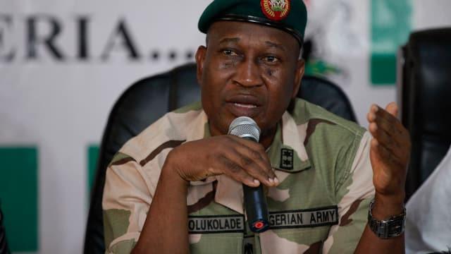 Der Militärsprecher gibt den Journalisten Auskunft.