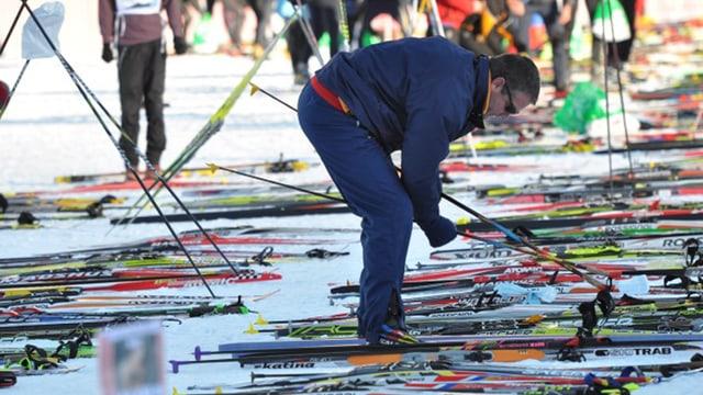 Um che prepara ses skis da passlung.