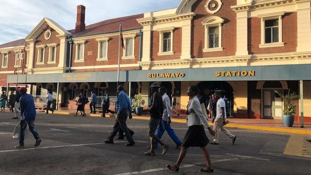Pendler strömen aus dem Bahnhofsgebäude.