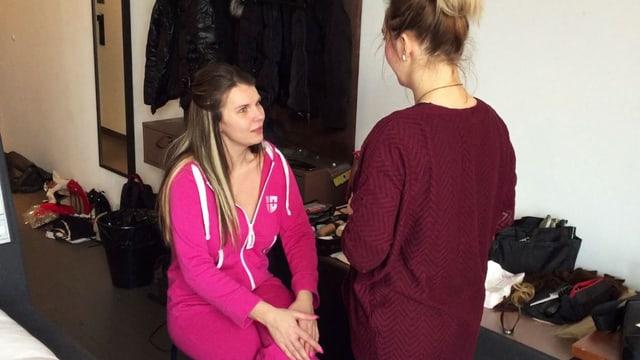 Zwei Frauen sprechen miteinander