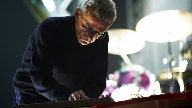 Dieter Moebius am Synthesizer.