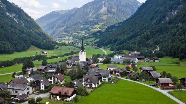 Ein Blick auf die Gemeinde Matt und ins Glarnerland