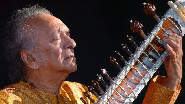 Der Sitar-Meister geht voll und ganz in seiner Musik auf.