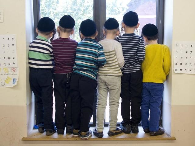 Chassidische Schulkinder mit Kippas