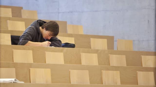 ein Student in einem leeren Hörsaal
