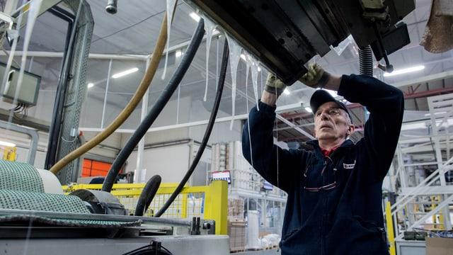 Ein Arbeiter bei der Montage in der Firma Exten, die Plastikmaterialen herstellt.