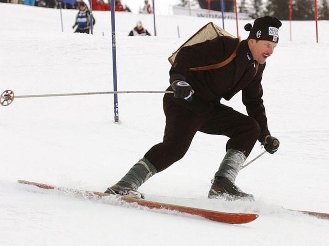 Skifahrer in nostalgischer Kleidung.