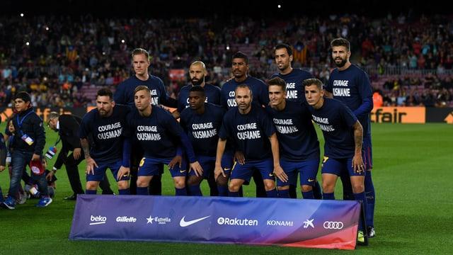 Die Barcelona-Stars posieren mit Dembélé-Shirts.