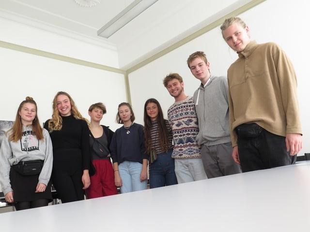 Schüler posieren im Zimmer.