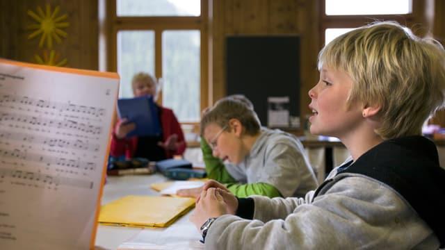 Schüler singen im Religionsunterricht