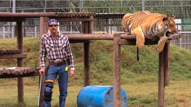 Der «Tiger King» posiert mit einem Tiger in seinem Tierpark.