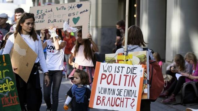 Demonstraziun dal clima cun in placat davant cun l'inscripziun: wo ist die Politik, wenn man sie braucht?