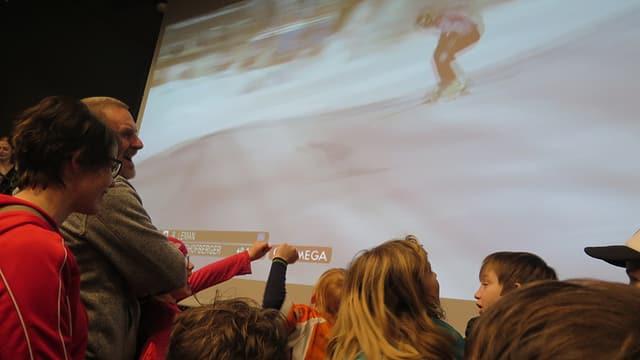 Zuschauer im Vereinsaal  schauen nochmals das Rennen