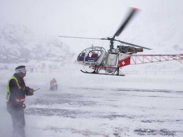 Ein Helikopter startet. Es herrscht schlechte Sicht.