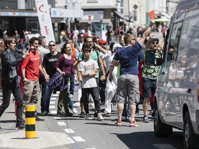 Aarau Demonstranten vor Auto auf Strasse